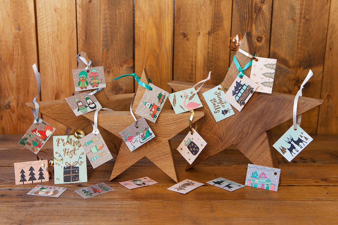Geschenkanhänger an Holzsternen
