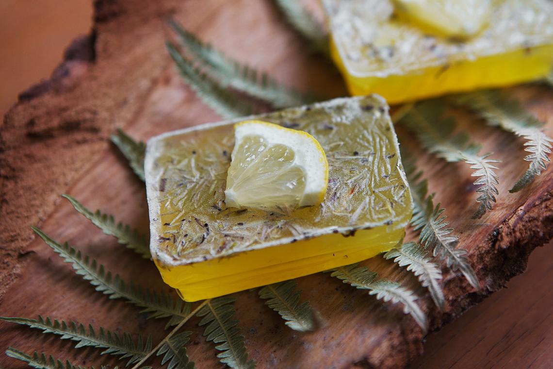 Zitronenseife im Adventskalender gegossen
