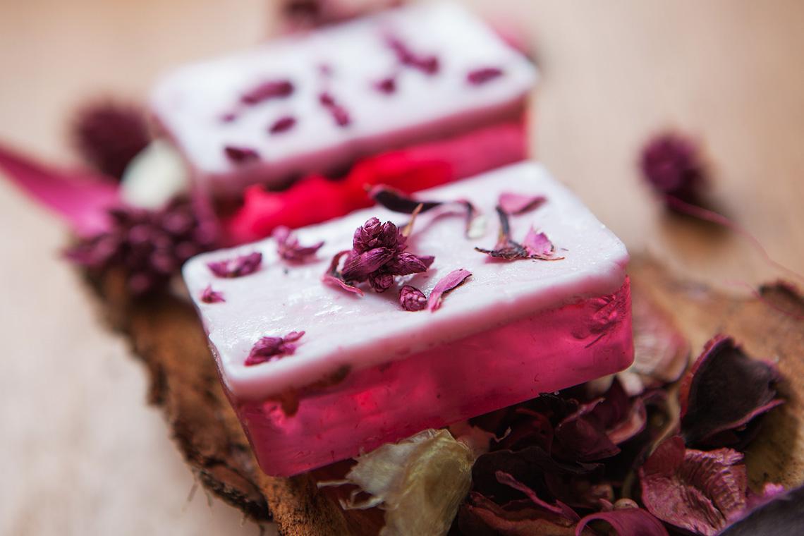 zweischichtige Seife mit Rosenduft gegossen im Adventskalender
