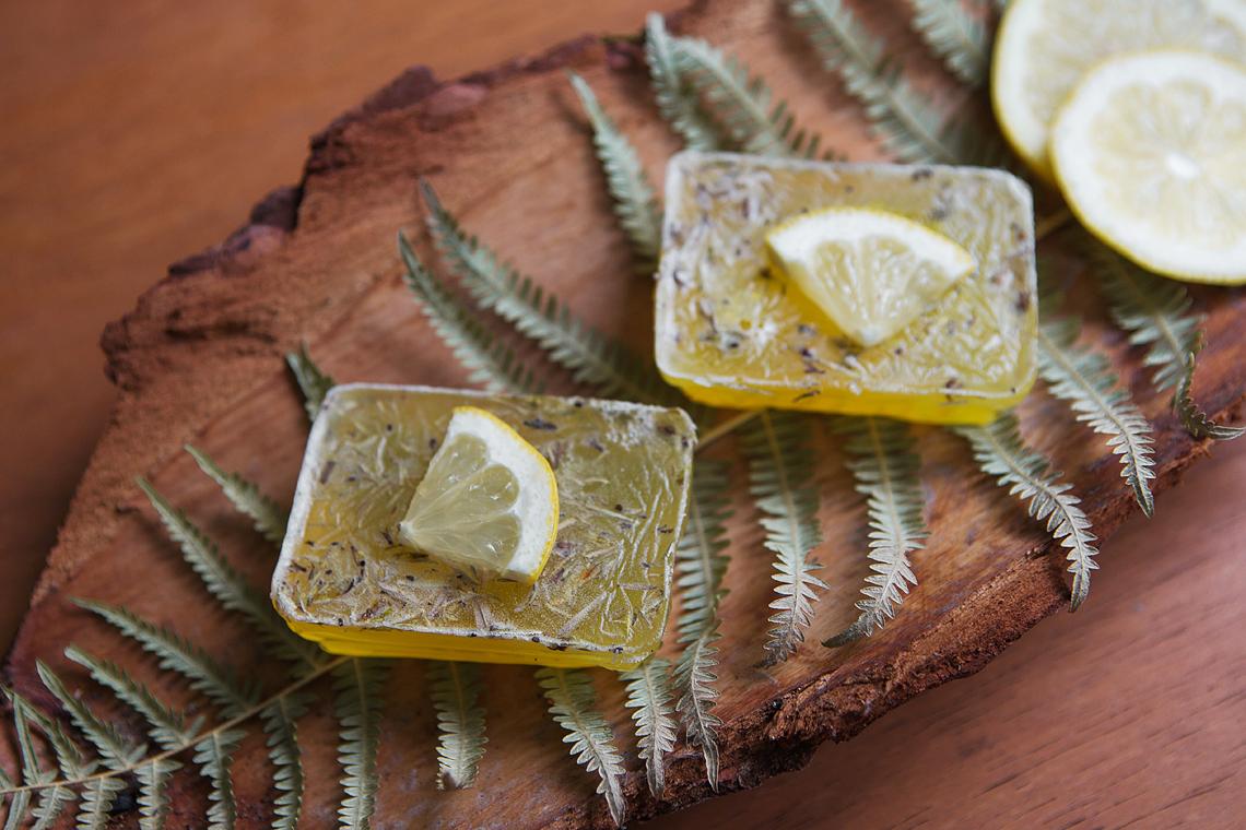 Duftende Zitronenseifen im Adventskalender gegossen